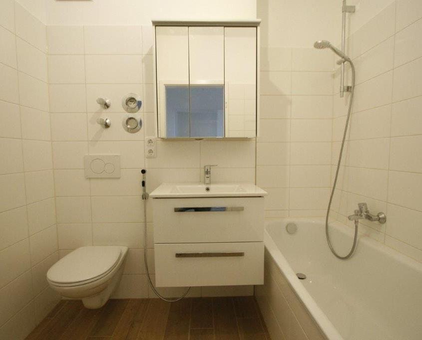 Waschtisch mit Spiegel- und Unterschrank
