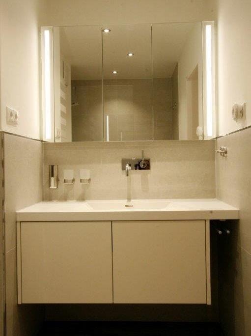 Eingebaute Waschtischanlage mit Unterschrank