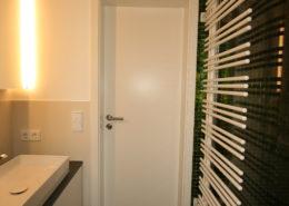 Schmales Badezimmer im modernen Design