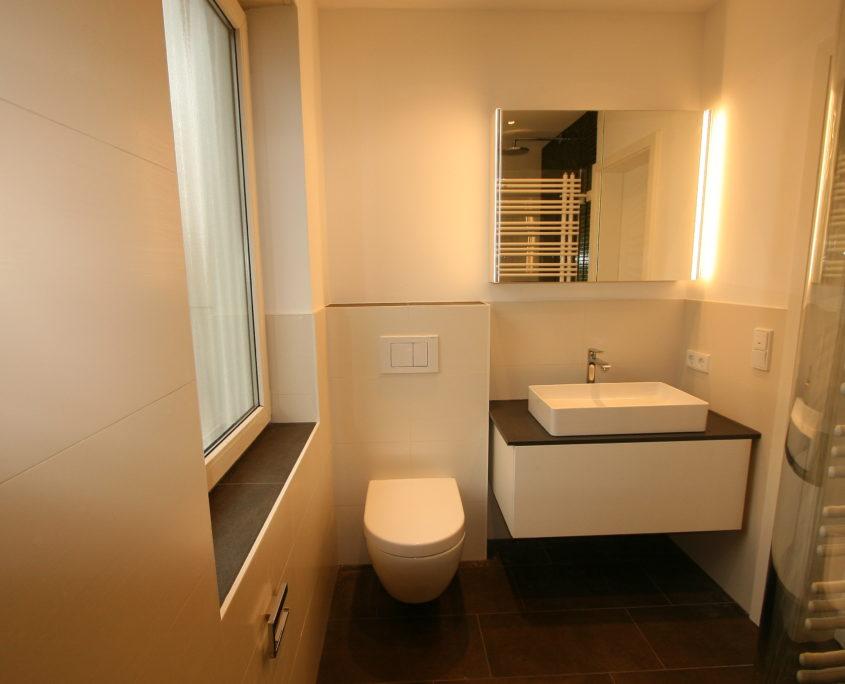Tolles Lichtdesign im kleinen Bad nach Badsanierung