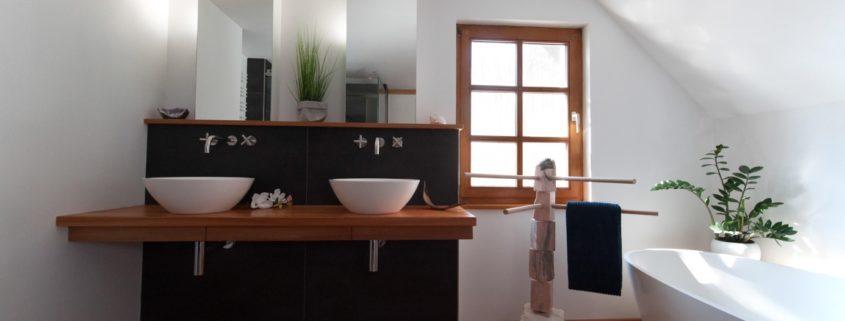 Holzboden im modernen Badezimmer blieb erhalten