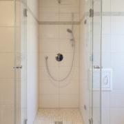 Badezimmer mit Wäschekippe für Schmutzwäsche