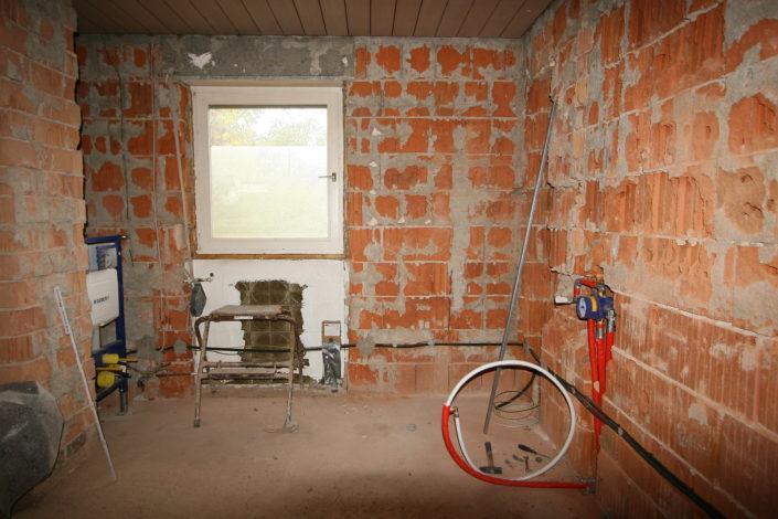 Großzügiges Badezimmer mit Fenster im Rohbau
