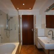 Kleines Badezimmer mit Dusche und Badewanne