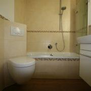 Kleines Bad mit großzügigen Waschtisch