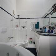 Runde Dusche und Badewanne wirken erdrückend im schmalen Badezimmer vor Renovierung