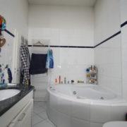 Runde Badewanne vor Badrenovierung