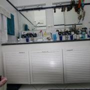 Große Waschtischanlage bietet viel Stauraum