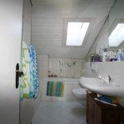 Dach-Badezimmer mit Fenster vor Badumbau