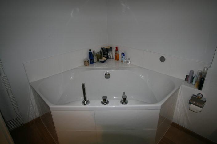 Eckige Badewanne bietet zusätzliche Abstellflächen nach Badumbau