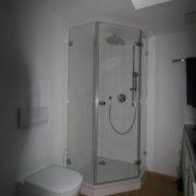 Eckige Dusche bringt viel Platz im kleinen Bad
