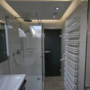 Schmales Bad mit Dusche und Wandheizkörper