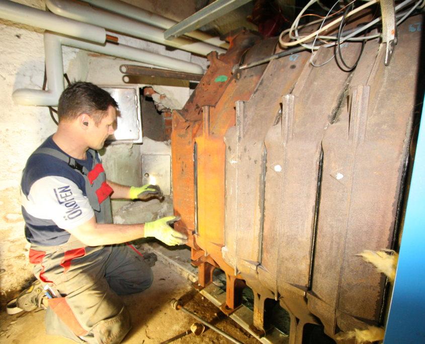 Techniker von Schröter Haustechnik beim Heizungsumbau
