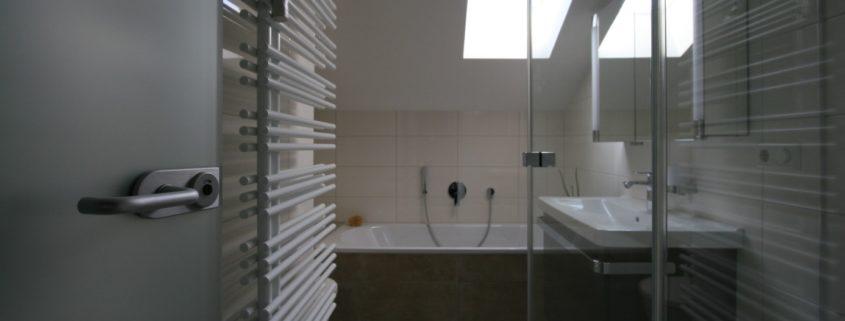 Minibad mit Fenster und Badewanne nach Badsanierung
