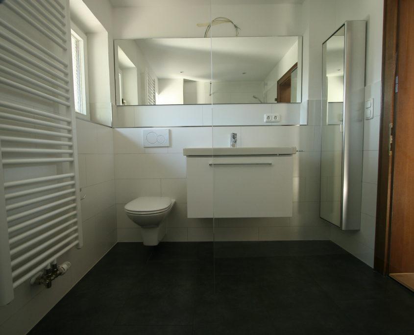 Moderner Wandheizkörper im Badezimmer nach Badrenovierung