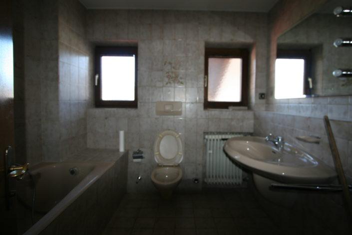 Badezimmer mit Fenster und Heizung vor Badsanierung