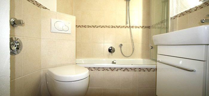 Kleines Badezimmer mit viel Stauraum im Unterschrank.