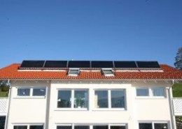 Solaranlage auf dem Dach eines Mehrfamilienhauses