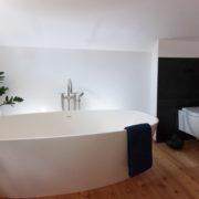 Freistehende Badewanne mit Platinarmatur