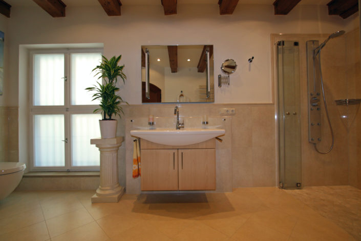 Waschtisch mit Spiegel im Toskanastil