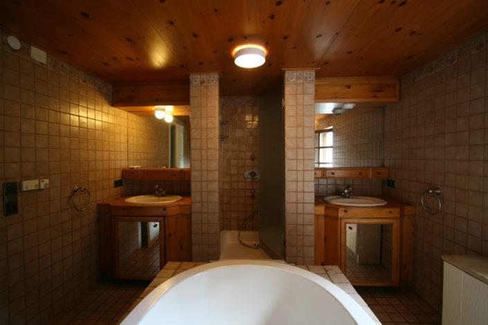Freistehende Badewanne vor Badrenovierung