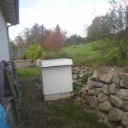 Luft-Wärmepumpe hinter dem Haus platziert