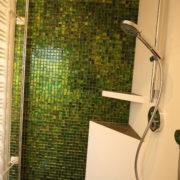 Kleines Bad nach Badsanierung mit Glasmosaikfliesen