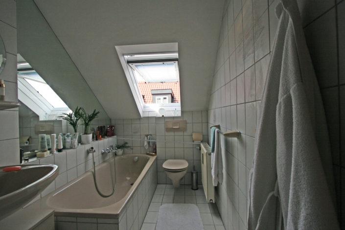 Badewanne im kleinen Bad unter dem Dach vorher