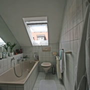 Bad mit Fenster im Dach