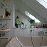 Fenster und Dachschräge im kleinen Bad