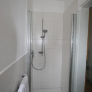 Dusche im modernen Stil nach Sanierung
