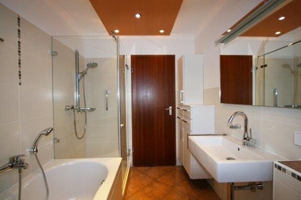 Kleines Bad mit bequemer Badewanne und Regendusche