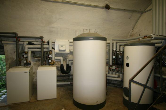 Grundwasser-Wärmepumpe mit Pufferspeicher und Warmwasserbereiter
