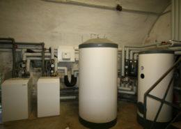Anlage aus Wärmepumpe, Pufferspeicher und Warmwasserbereiter