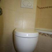 Toilette im kleinen Bad geschickt integriert