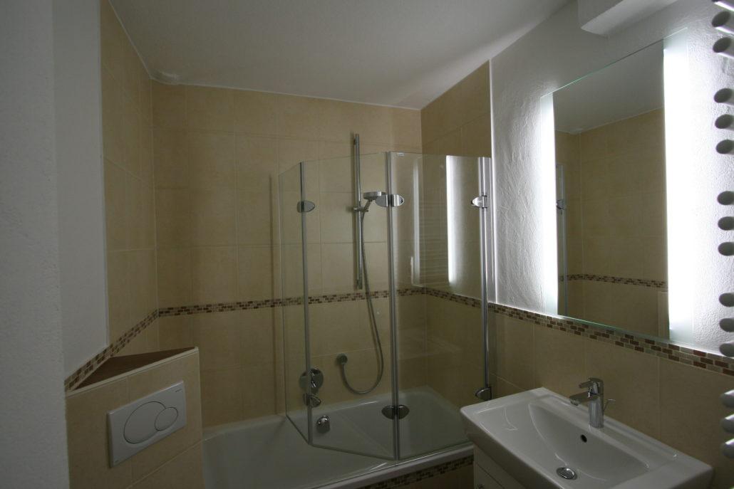 Effektvoller Spiegel Mit Integriertem Licht Toilette Im Kleinen Bad  Geschickt Integriert Duschabtrennung In Der Badewanne ...