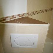 Toilette mit moderner Drückerplatte nach Badumbau