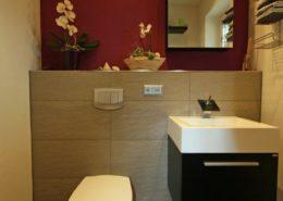 Dekoration und Farbe bringen Wärme in die Gäste Toilette