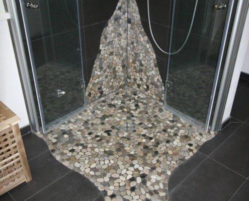 Interessantes Flußkieselmuster in der Dusche