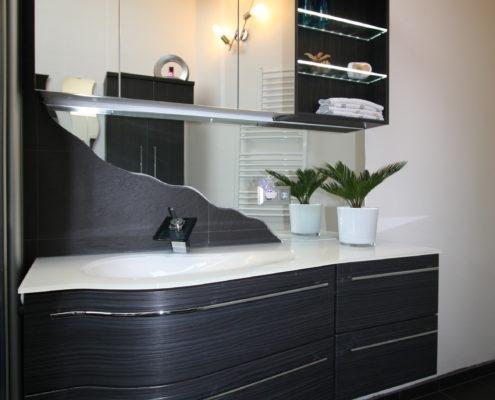 Moderne Waschtischanlage mit viel Stauraum