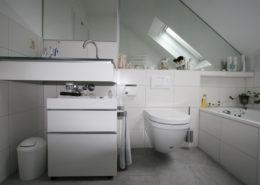 Badewanne geschickt in der Dachschräge integriert