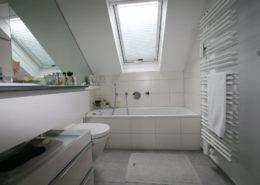Harmonische Raumaufteilung im Badezimmer unter dem Dach