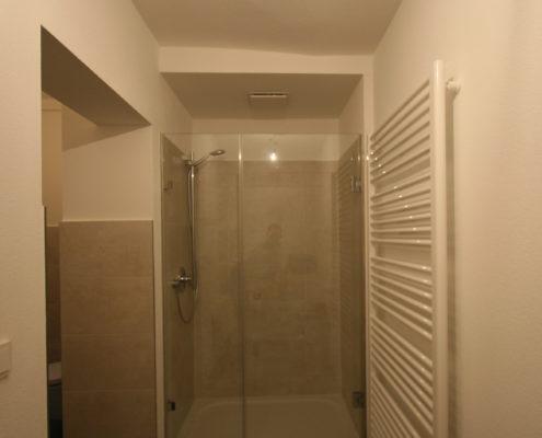 Moderner Wandheizkörper im kleinen Bad