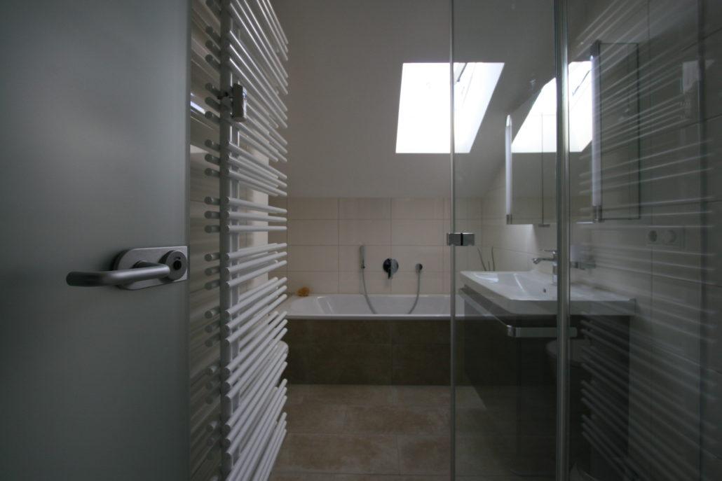 Kleines Bad mit geräumiger Dusche von Schröter Haustechnik ...
