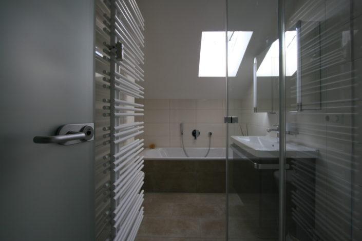 Badewanne im kleinen Bad nach Badsanierung