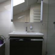 Spiegelschrank mit Stauraum und Beleuchtung
