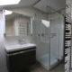 Moderne Waschtischanlage mit viel Stauraum im kleinen Bad
