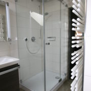 Großzügige Dusche im schmalen Bad nach Badumbau