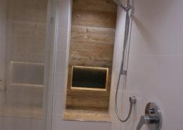 Moderne Nische als Ablagefläche für Duschutensilien