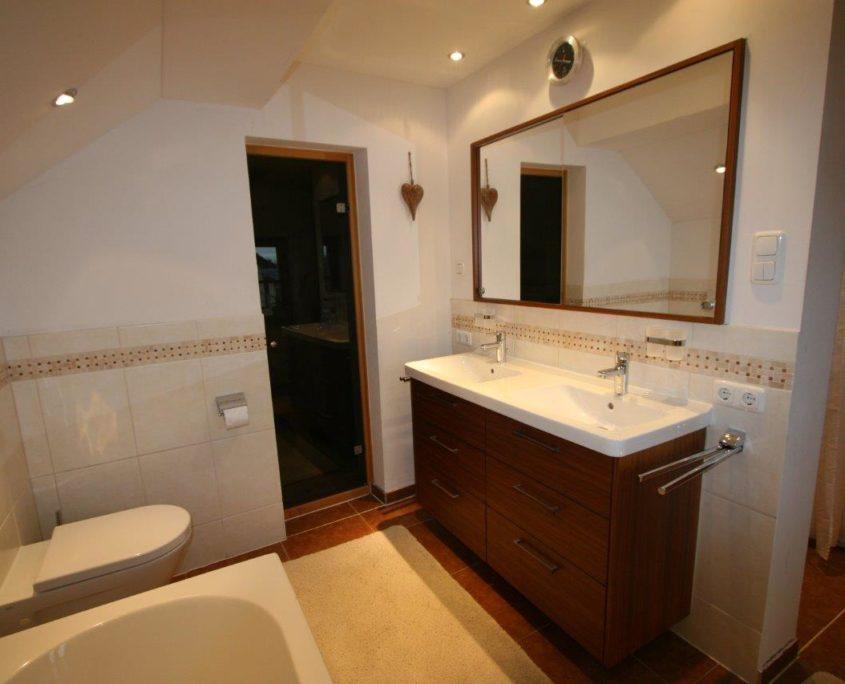 WC mit moderner Drückerplatte im großen Badezimmer